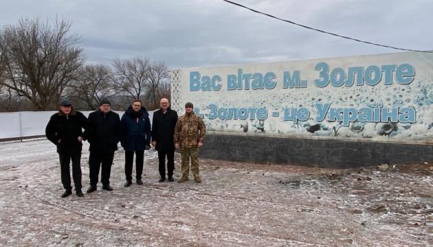 Посли «Вишеградської четвірки» відвідали КПВВ «Золоте»