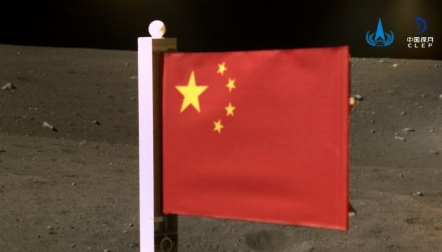 Китай развернул свой флаг на Луне