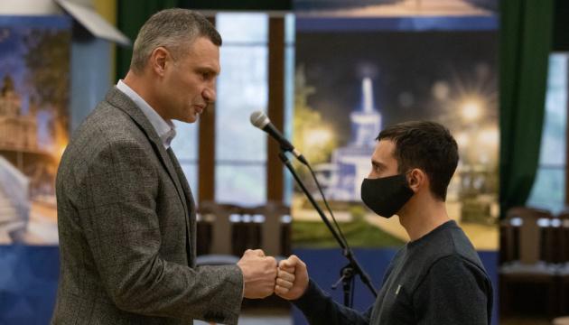 Кличко вручив ордери на квартири киянам-учасникам АТО
