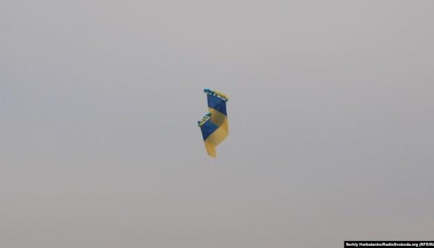 Ukrainische Nationalflagge im Himmel über die Krim