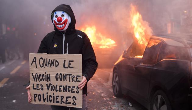 У Парижі демонстранти закидали спецназ фаєрами, трощать вітрини та авто
