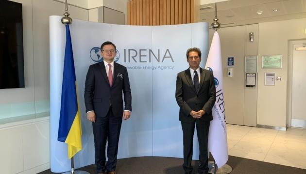 El ministro de Exteriores ucraniano y el director general de IRENA tratan la cooperación en energías renovables