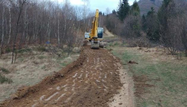 На Львівщині ремонтують дорогу до водоспаду Гуркало