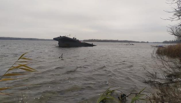 Небезпека для життя людей: через затонулу баржу під Запоріжжям відкрили справу