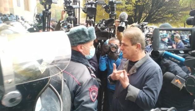 Армянского премьера протестующие забросали яйцами