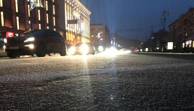 Київ накрив льодяний дощ, дороги стають «ковзанкою»