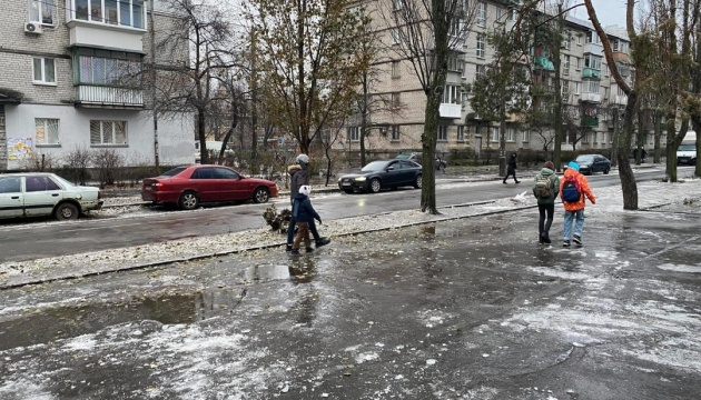 In Gefangenschaft des Glatteises: In Kyjiw nur am Wochenende mehr als 1.300 Verletzte