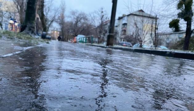 На початку тижня Україну «накриє» льодяний дощ та мокрий сніг