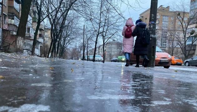 Синоптики попереджають про снігопад, ожеледицю та сильний вітер