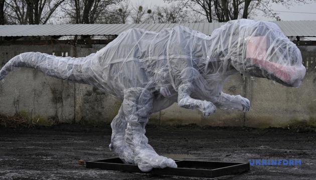 В винницком зоопарке устанавливают десятиметровых роботов-динозавров