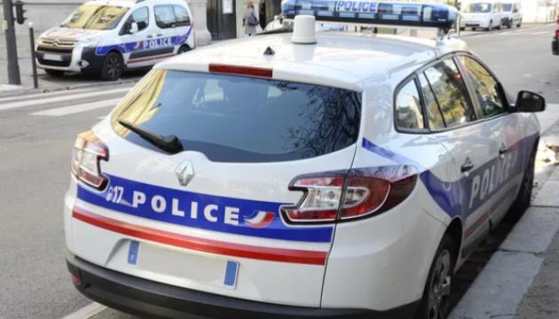 Под Парижем мужчина напал с ножом на прохожих