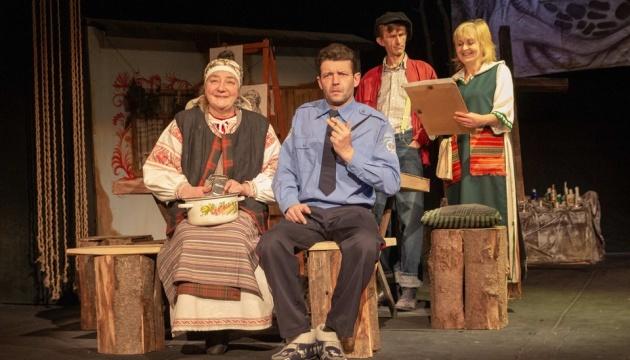 У Мукачеві показали прем'єрну виставу за культовою п'єсою «Баба Пріся»