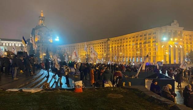 На Майдане остаются несколько сотен митингующих