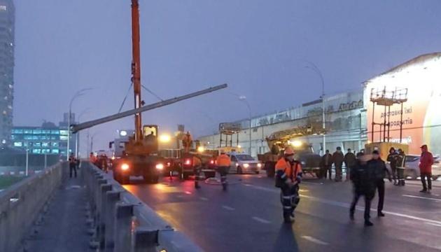 Момент падіння стовпів на Шулявському мосту потрапив на камери