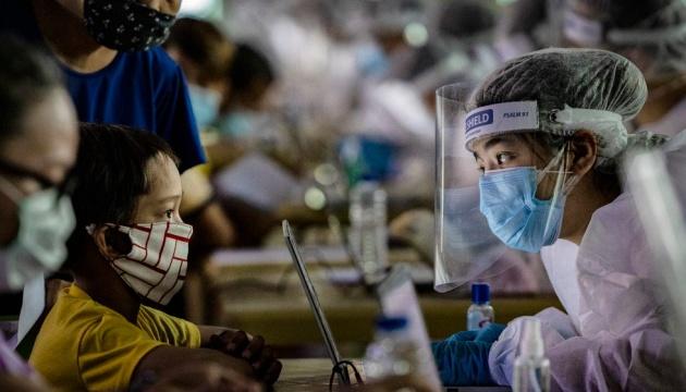 Масок уже недостаточно: жителей Филиппин обязали носить защитные щитки