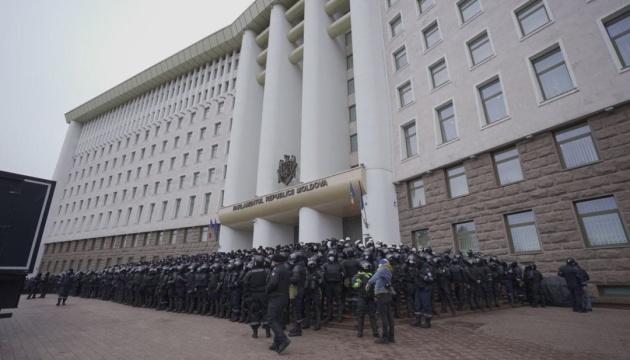 У Молдові фермери на тракторах штурмували парламент, поліція застосувала «сльозогін»