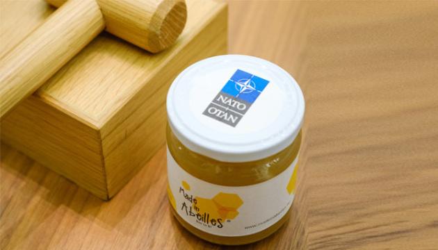 У штаб-квартирі НАТО послам вручили по слоїку меду власного виробництва