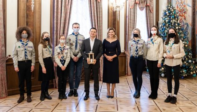 Presidente y primera dama reciben la Luz de la Paz de Belén de representantes de organizaciones scout