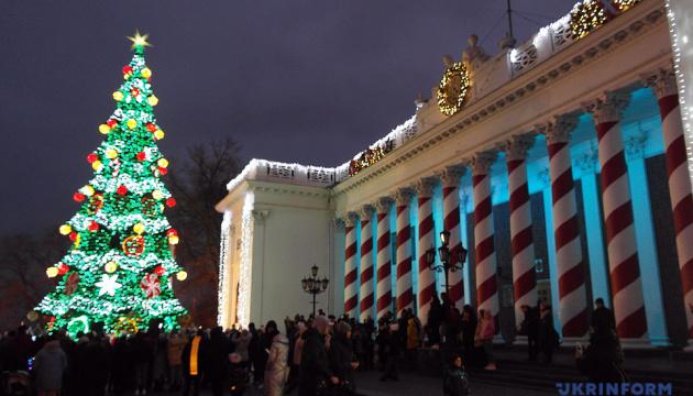 Оркестр і новорічний шансон: в Одесі «запалили» головну ялинку