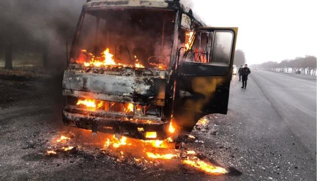 На трасі Дніпро-Кривий Ріг під час руху загорівся автобус із пасажирами
