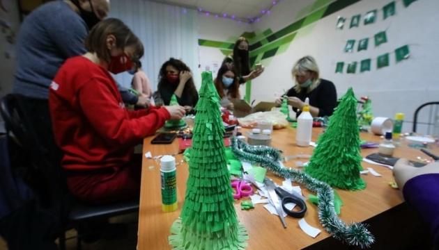 Волонтеры Красного Креста провели «новогодний» мастер-класс в Харькове