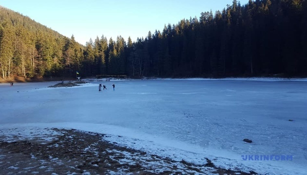 На Закарпатье замерзло озеро Синевир