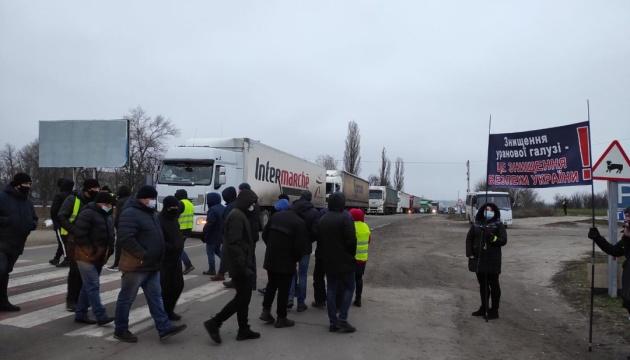 На Кіровоградщині гірники уранових шахт уже добу перекривають дороги
