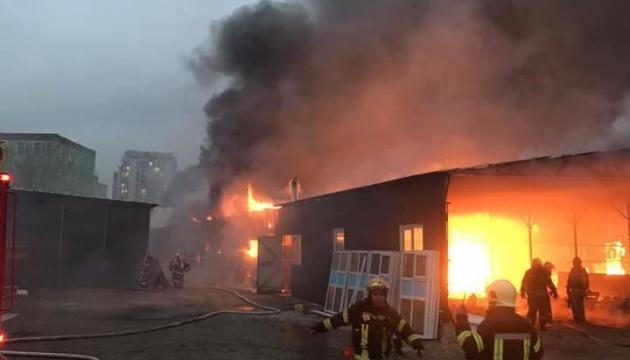 У Києві горить склад, в одному з приміщень можуть бути кисневі балони