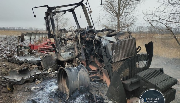 На Донеччині в полі підірвався трактор, водій – у лікарні