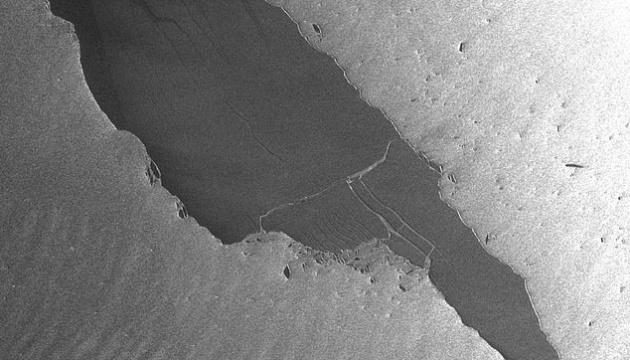 В Атлантиці розколовся один з найбільших у світі айсбергів