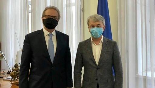 El ministro Tkachenko y el Embajador suizo tratan la cooperación en la esfera cultural