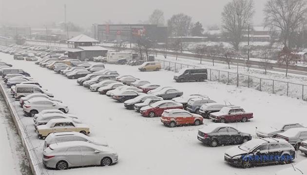 キーウ降雪 渋滞に事故も