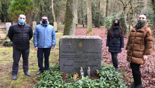Представники генконсульства поклали квіти до могил українських дипломатів у Мюнхені