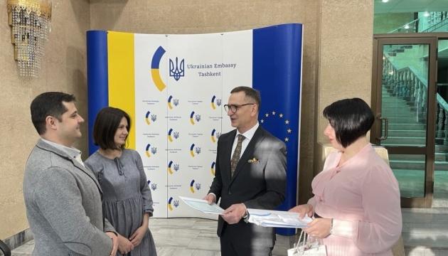У Посольстві України в Узбекистані новонародженій українці вручили першу вишиванку