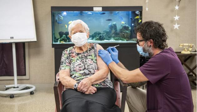 Швейцарія почала COVID-вакцинацію – перше щеплення зробили 90-річній жінці