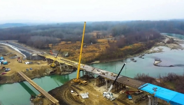 На Буковині завершують спорудження нового мосту через Прут