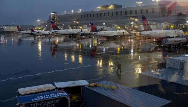 В Нью-Йорке двое пассажиров с собакой выскочили из самолета на взлетной полосе