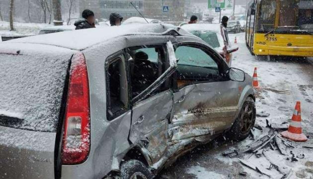 Біля метро «Сирець» водій Ford Focus протаранив дві автівки, вагітна пасажирка – у лікарні