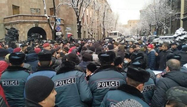 Возле здания правительства Армении начались столкновения и задержания