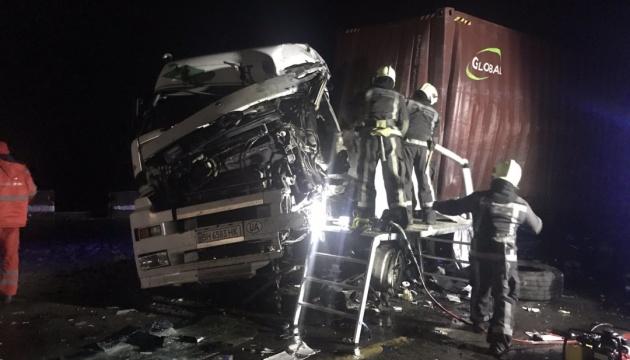 На Київщині зіткнулися вантажівки, один водій загинув