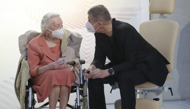 Прем'єр Чехії першим отримав вакцину проти COVID-19