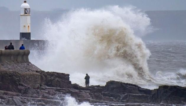 Сильний вітер у Франції й повінь у Британії: шторм «Белла» лютує у Європі