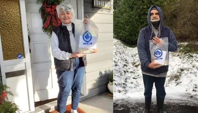 Активісти КУК роздали різдвяні пакунки літнім українцям у Канаді
