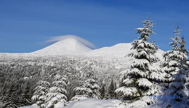 Чорногірський хребет Карпат вкритий снігом