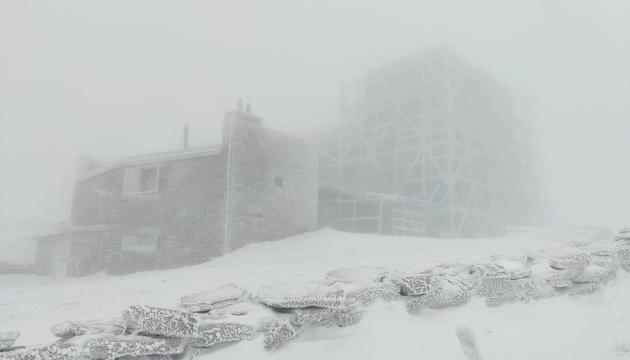 В Карпатах - ледяной шторм и туман