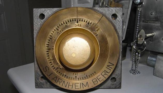 У Мукачеві показали, як працював стародавній банківський сейф