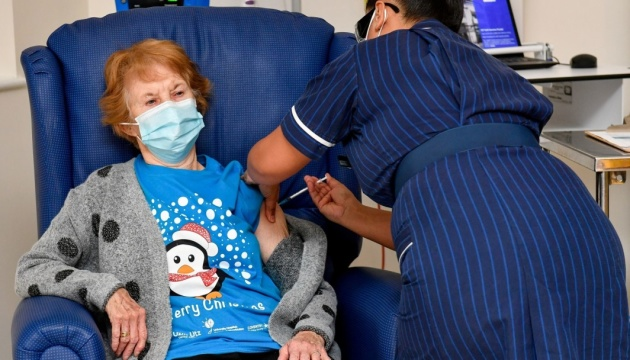 Британці, яка перша у світі отримала COVID-вакцину, зробили друге щеплення