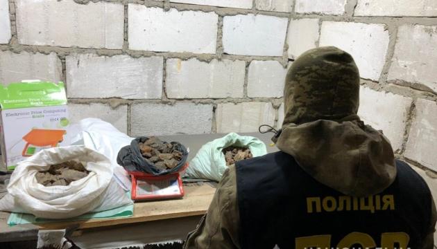 Янтарь, мотопомпы и оружие: на Ривненщине полиция провела обыски в «копателей»