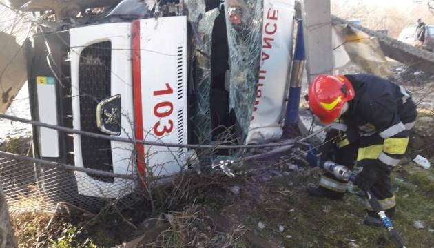 На Прикарпатті «швидка» зіткнулася з вантажівкою, є постраждалі