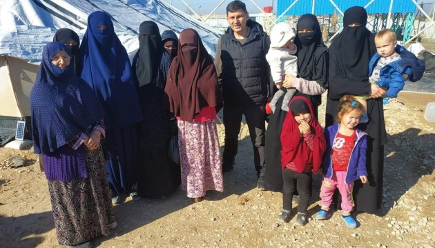 Украина забрала двух крымских татарок с детьми из лагеря беженцев в Сирии